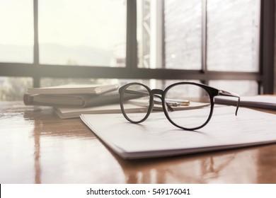 Brillen auf dem Tisch mit dem Büro des Ingenieurs.
