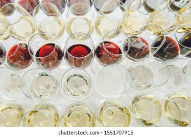 A lot of glasses of red and white champagne in a luxurious atmosphere view from above. Stylish photo of alcohol. Secular reception, new year, wedding. champagne glasses arranged lined in a long row