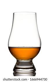 Glas mit einseitigem MalzWhisky in schwarzem Licht