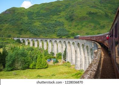 Glenfinnan viacduct fand The Jacobite steam train in Scotland