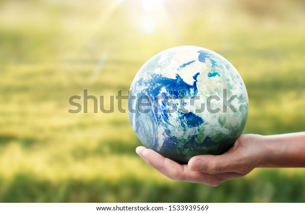 Globe, Erde in der menschlichen Hand, die unseren Planeten leuchtet.