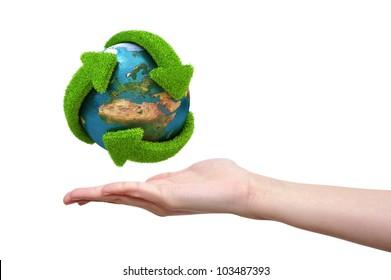 Globe mit grünen Pfeilen bedeckt mit Gras auf weiblicher Hand. Von der NASA bereitgestellte Elemente dieses Bildes