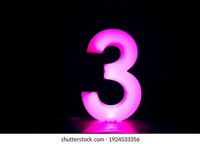 glühende Nummer 3 auf schwarzem Hintergrund