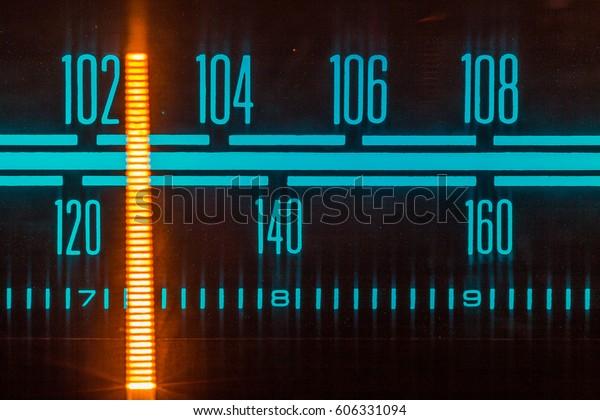 Radio brillante con el marcador que recorre las diferentes estaciones y frecuencias