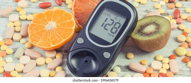 Glukometer mit Zuckergehalt, frischem natürlichem Obst und medizinischen Tabletten. Diabetes und gesunder Lebensstil und Ernährung
