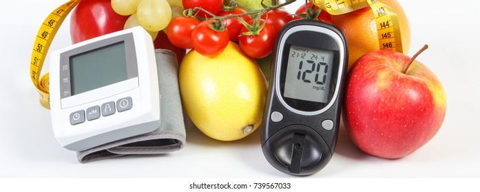Glukosemesser, Blutdruckmonitor, Obst mit Gemüse- und Bandmaß, gesunder Lebensstil, Schlankheitsgefühl, Diabetes und Vorbeugung gegen Bluthochdruck