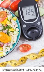 Glucose-Messgerät zur Überprüfung des Zuckergehalts und des Frischsalats mit Smoguren und Gemüse als bestes Lebensmittel, das Vitamine und Mineralstoffe für Diabetiker, Diäten und Schlankheitsmittel enthält