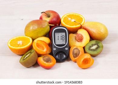 Glucose-Zähler mit dem Zuckergehalt und Früchten, die nährstoffhaltige Vitamine und Mineralstoffe für eine gesunde Diabetiker enthalten