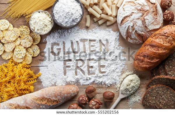 Comida libre gluten. Pasta variada, pan, tentempiés y harina sobre fondo de madera desde la vista superior