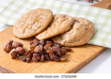 Gluten's cookies with raisins and hazelnuts - three cookies on a napkin and dried fruit on the front.