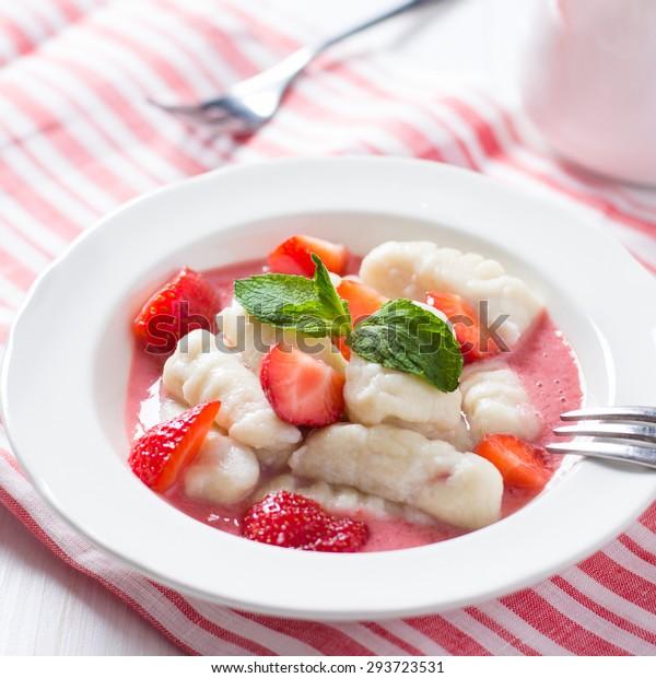 Gnocchi with strawberry sauce