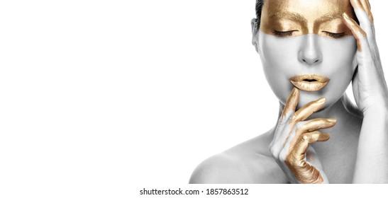 Concepto de cuidado de la piel basado en el oro contra el envejecimiento. Hermosa mujer modelo con tratamiento de oro posando con los ojos cerrados y una expresión serena. Cerrar el retrato de belleza en blanco