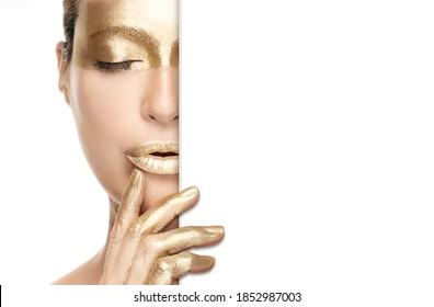 Gold Beauty Make-up und Nail Art Konzept mit einem Halbporträt einer Frau, die goldene Kosmetik auf ihrem Auge, Lippen und Fingern trägt, während sie eine weiße Karte an der Seite hält. Einzeln auf Weiß mit Kopienraum