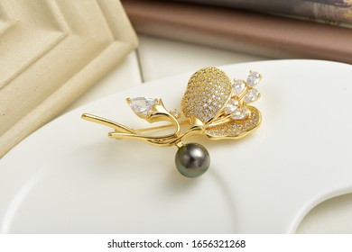 Gold brooch of Black Pearl