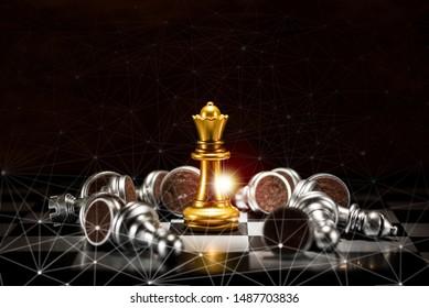 Schach der Goldkönigin, umgeben von einer Anzahl von gefallenen Silberschachstücken und Abstraktion-Verbindungsleitungsbildschirm , Geschäftsstrategie-Konzept