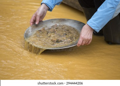 Gold washing, gold panning