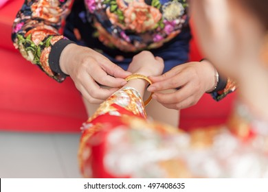 Golden bracelet as a blessing in chinese wedding