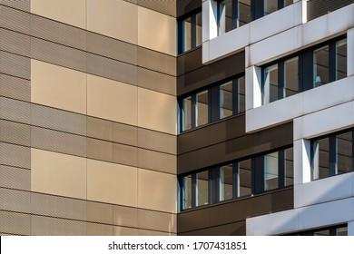 Goldene Gebäudefassade, gekleidet mit gestanzten und perforierten Blechen