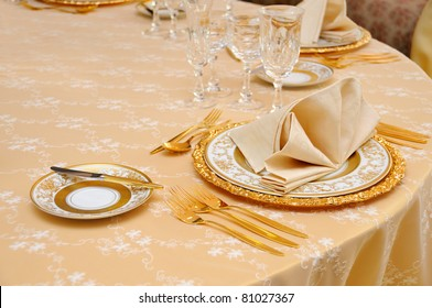 Goldenes Besteck mit Kristallglas
