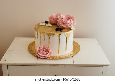 Golden dripping cake with roses