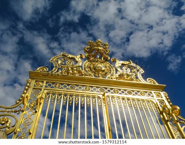 golden-entrance-gate-famous-palace-600w-