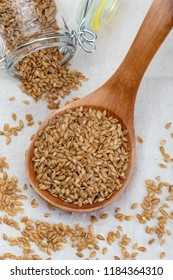 Golden flax seeds. Micronutrient beneficial for the organism that prevents and cures ailments. Rich in fiber and nutrients (manganese, vitamin B1, and above all, in omega-3 fatty acids)