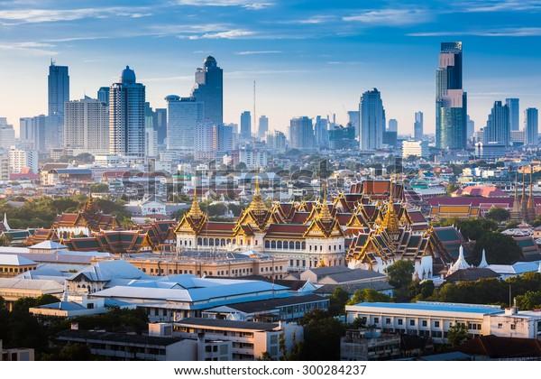 Der Golden Grand Palace von Bangkok. mit Blick auf die Stadt bei Sonnenaufgang. Das beliebteste Reiseziel Asiens. Das Beste an einer wunderschönen Szene in Thailand.
