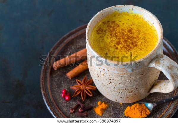 Golden Milk, fatto con curcuma e altre spezie