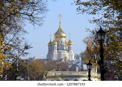 Golden onion domes of the Sretensky monastery. The monastery's founded by Grand Prince Vasili I in 1397, recommended by tourists as worth a visit to listen to the liturgy with the heavenly choir. 2018
