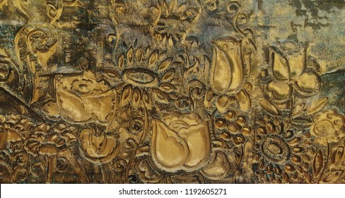 Golden relief wall with flowers
