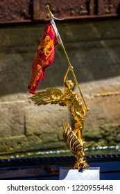 Golden statue with Venice flag