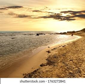 Goldener Sonnenuntergang an der Küste und das Mittelmeer von Sizilien im Sommer touristische Naturlandschaft Wahrzeichen