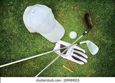Golfausrüstung auf grünem Gras