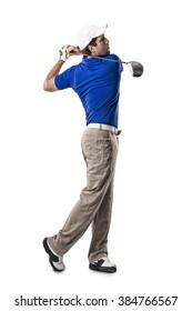 Golfspeler in een blauw shirt het nemen van een schommel, op een witte achtergrond.