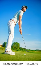 Golf player holding clud