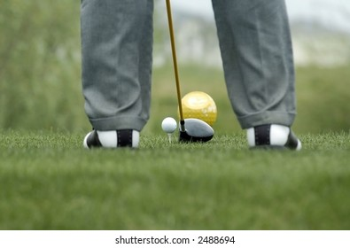 golfer to prepare to the blow of ball