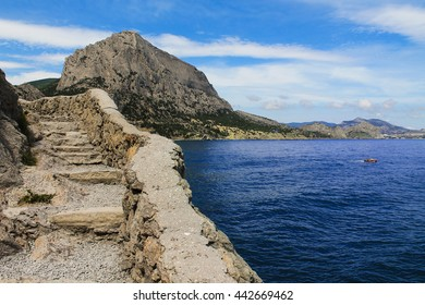"""Golitsin's path. A popular tourist route in the Crimea, in the reserve """"New world."""""""