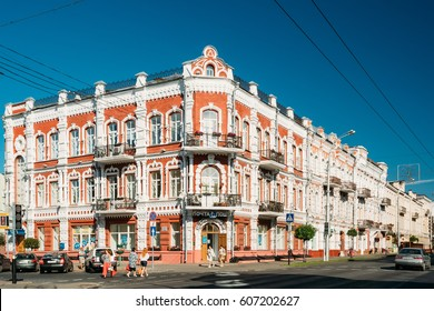 Gomel, Belarus - August 10, 2016: People Crossing Road Near Old House - An Example Of Architecture Of The 19th Century In The Sovetskaya Street In Gomel, Belarus. Sunny Summer Day