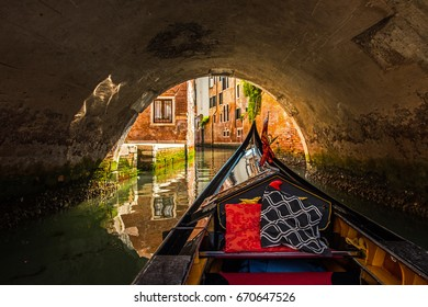 Gondelbahn unter der Brücke in Venedig