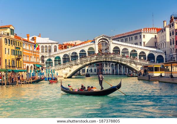 Gôndola perto da Ponte Rialto em Veneza, Itália