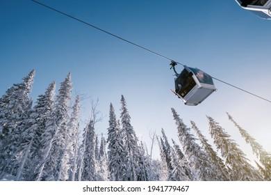 Gondelbahn im Bergskizentrum, Wintertag, schneebedeckter Fichtenwald