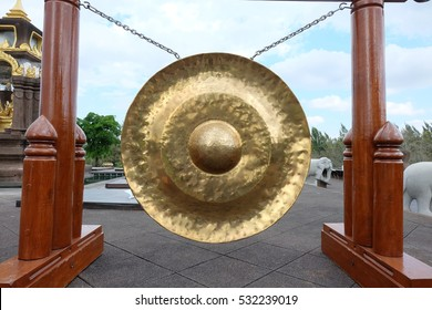 gong   golden   is  large