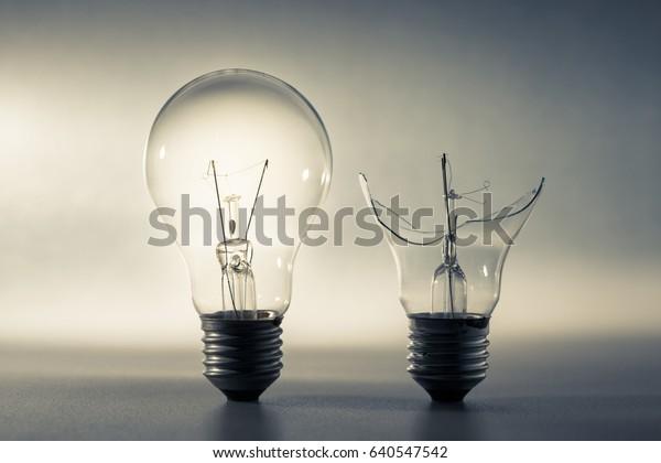 Bombilla, problema y solución, buena idea y concepto de mala idea o comparación
