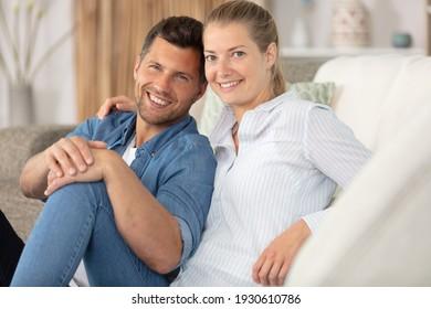 un beau couple se reposant sur son canapé à la maison