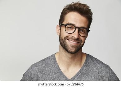 Homme beau en lunettes, portrait