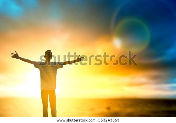 Gute Männer dachten positiv und Motive Geist emotional auf Feiertagsberg. Christus wiedergeboren, um Gott zu verehren, für das Wohlbefinden in bibelbarer Vision und hoffen, den Sieg im Kreuzfrieden zu vermitteln.