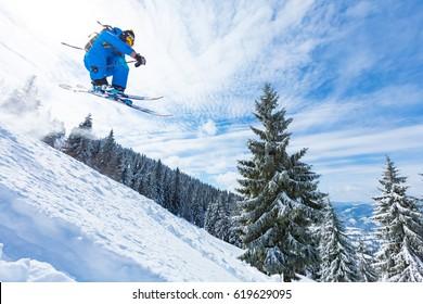 gute Skifahren in den schneebedeckten Bergen, Karpaten, Ukraine, guter Wintertag, unglaublicher Skisprung
