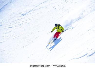 gute Skifahrer in den schneebedeckten Bergen, Karpaten, Ukraine, guter Wintertag, unglaublicher Skisprung, Skisaison