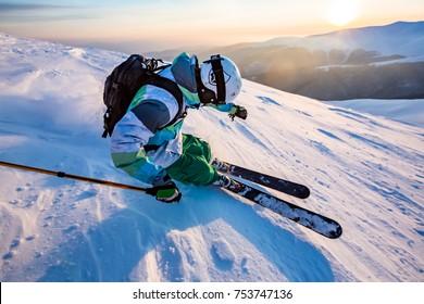 gute Skifahren in schneebedeckten Bergen, Karpaten, Ukraine, schöner Wintertag