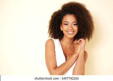 Herrliches Afro-Amerikanisches Mädchen, das vor der Kamera lacht.